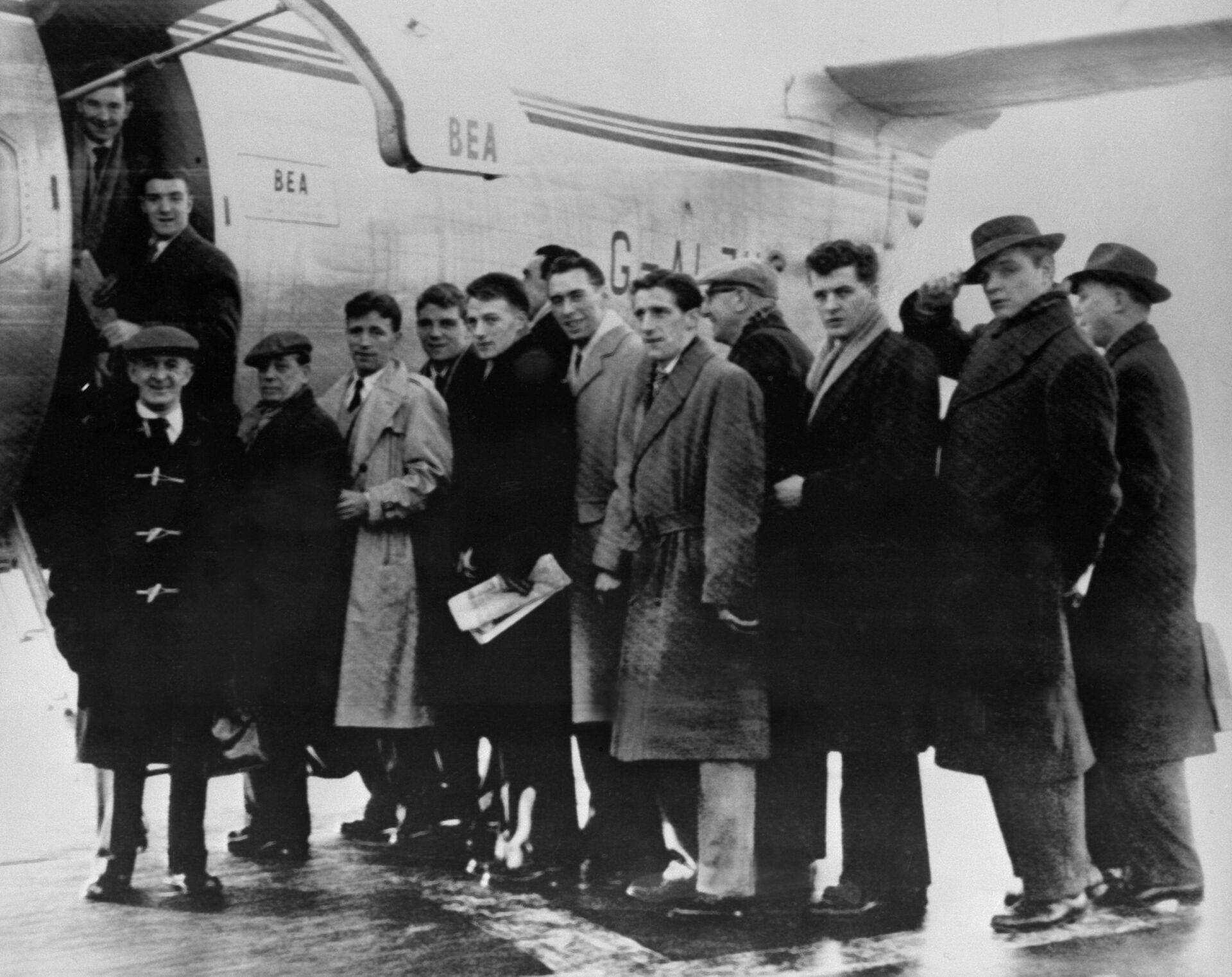 Футболисты Манчестер Юнайтед, персонал клуба и журналисты перед посадкой в самолёт в аэропорту Манчестера на матч с Црвеной Звездой - РИА Новости, 1920, 06.02.2020