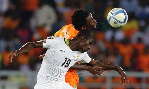 Защитник сборной Ганы Джонатан Менса и форвард сборной Кот-д'Ивуара Вилфрид Бони (справа)