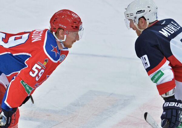 Форвард ПХК ЦСКА Симон Яльмарссон (слева) и форвард ХК Слован Мэтт Мерли