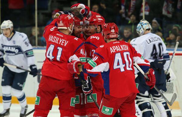 Игроки ХК Локомотив празднуют заброшенную шайбу