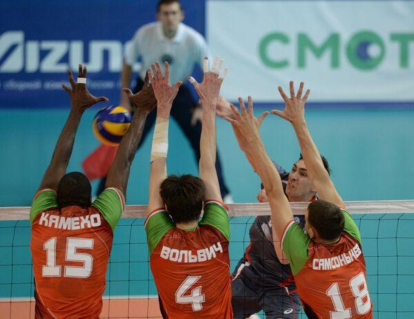 Волейболисты новосибирского Локомотив Ореол Камехо, Артем Вольвич и Олег Самсонычев (слева направо на первом плане)