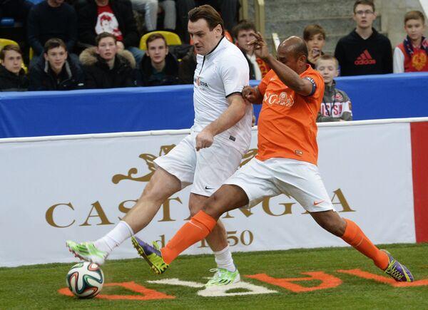 Защитник команды Нидерландов Арон Винтер (справа) и нападающий команды Сборной Звезд Дмитрий Булыкин
