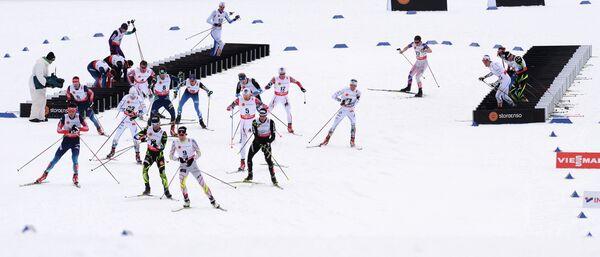 Спортсмены во время скиатлона