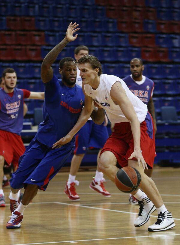 Андрей Кириленко (справа) на тренировке