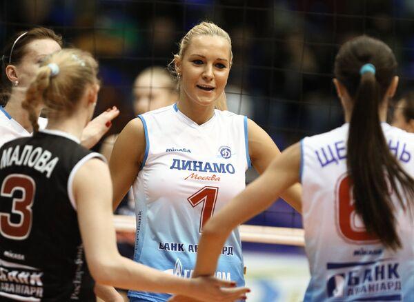 Игрок ЖВК Динамо Анна Малова, Юлия Морозова, Яна Щербань (слева направо)