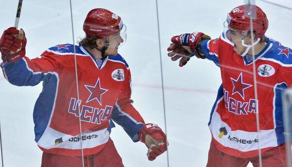 Игроки ЦСКА Игорь Макаров (слева) и Богдан Киселевич