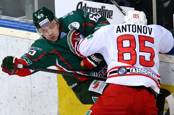Форвард Ак Барса Константин Кольцов (слева) и защитник Автомобилиста Андрей Антонов