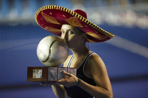 Тимя Бащински с трофеем за победу на теннисном турнире в Акапулько