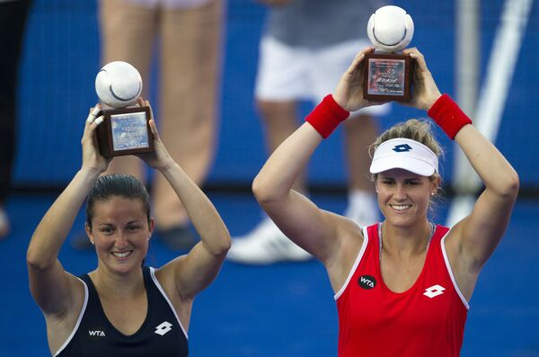 Испанки Лара Арруабаррена и Мария-Тереса Торро-Флор с трофеем за победу на теннисном турнире в Акапулько