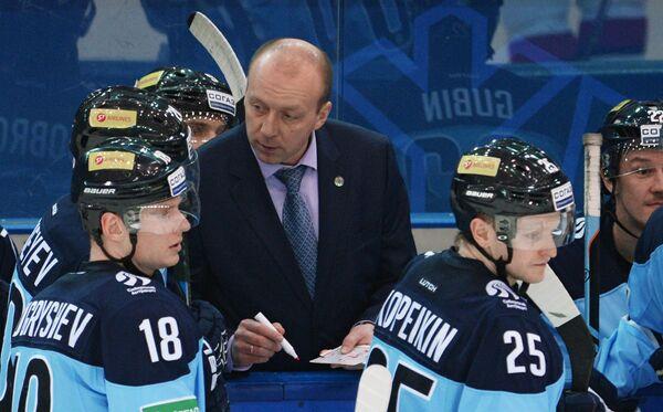Игрок Сибири Дмитрий Кугрышев, главный тренер Сибири Андрей Скабелка и игрок Сибири Алексей Копейкин.