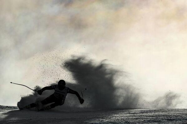 Спортсмен во время Кубка мира по горнолыжному спорту в Гармиш-Партенкирхене, Германия