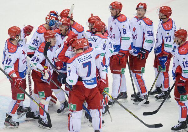 Хоккеисты ЦСКА радуются победе в матче 1/8 финала плей-офф Кубка Гагарина