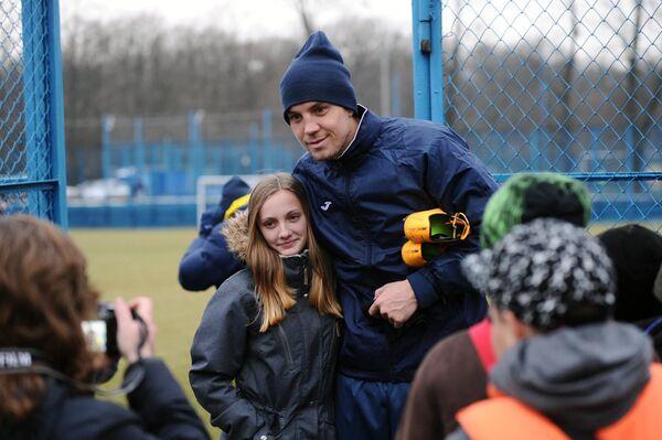 Нападающий Ростова Артем Дзюба фотографируется с поклонницей