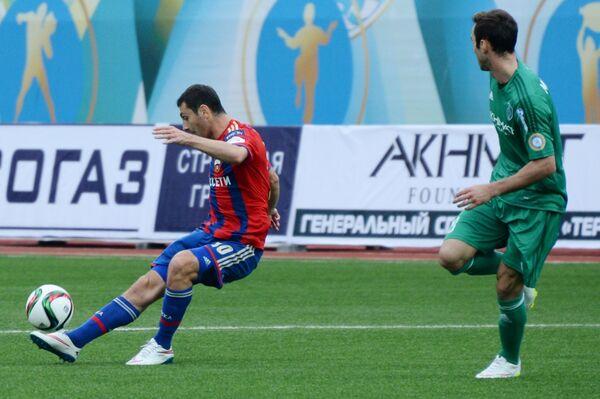 Полузащитник ПФК ЦСКА Алан Дзагоев (слева) и полузащитник Терека Жозе Маурисио