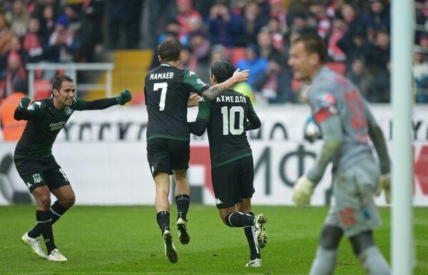 Футболисты Краснодара Роман Широков, Павел Мамаев и Одил Ахмедов (слева направо) радуются забитому голу