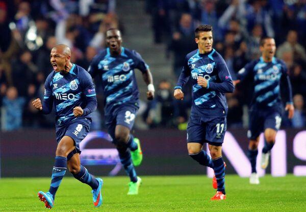 Футболисты Порту празднуют забитый в ворота Базеля гол