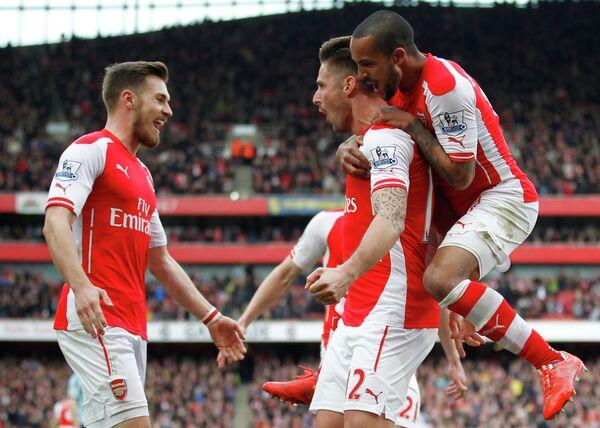 Футболисты Арсенала радуются забитому голу