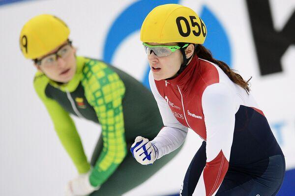 Справа: Софья Просвирнова (Россия) после дистанции 1000 метров