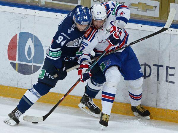 Защитник Динамо Андрей Миронов (слева) и форвард СКА Илья Ковальчук