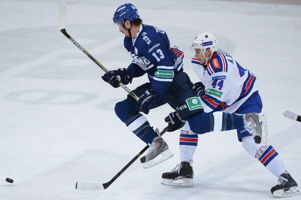 Форвард Динамо Николай Жердев (слева) и защитник СКА Николай Белов