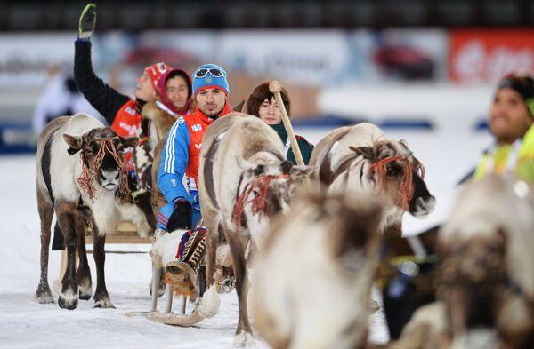 Антон Шипулин (Россия), занявший 2-е место на дистанции спринта среди мужчин на девятом этапе Кубка мира по биатлону сезона 2014/15 в городе Ханты-Мансийске, на церемонии награждения.