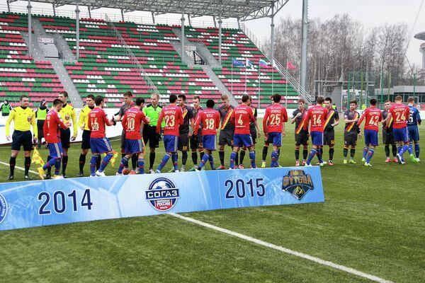 Игроки команд приветствуют друг друга в матче 20-го тура чемпионата России по футболу среди клубов Премьер-лиги между ПФК Арсенал (Тула) и ПФК ЦСКА (Москва)
