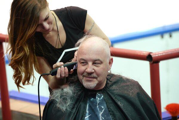 Генеральный менеджер ХК Сибирь Кирилл Фастовский во время стрижки наголо