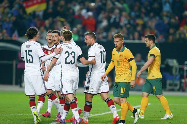 Футболисты сборной Германии празднуют забитый гол в ворота Австралии