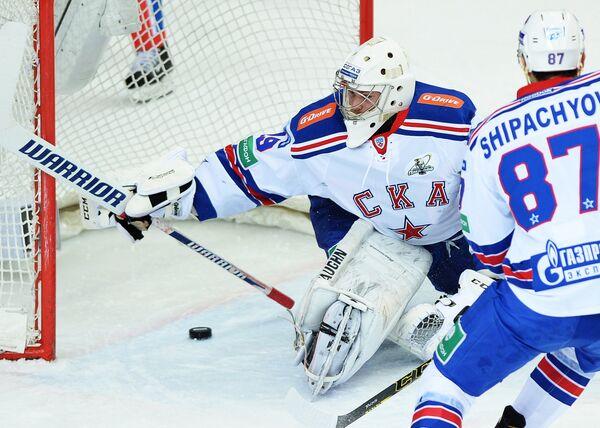 Вратарь СКА Микко Коскинен (слева) и форвард СКА Вадим Шипачев