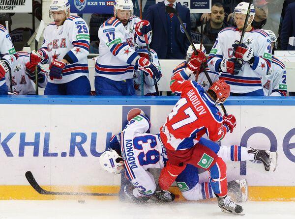 Форвард СКА Евгений Дадонов (слева на первом плане) и форвард ЦСКА Александр Радулов (справа на первом плане)