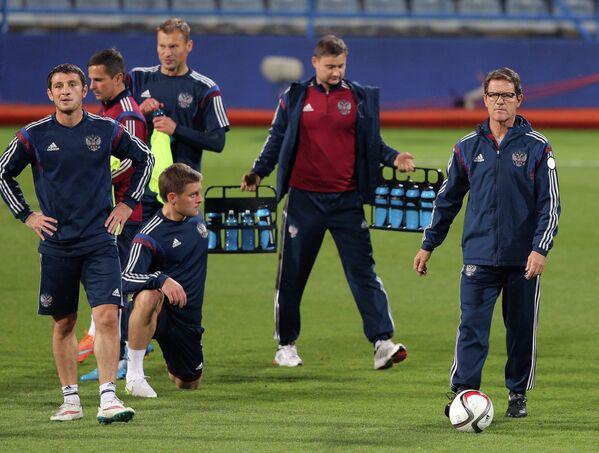 Футболисты сборной России и Фабио Каппело  (слева направо)