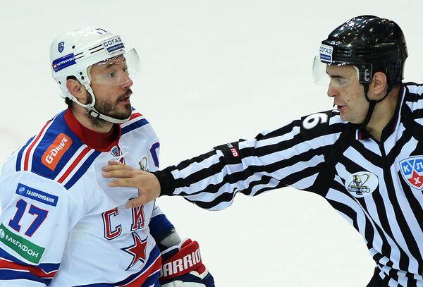 Форвард СКА Илья Ковальчук (слева)