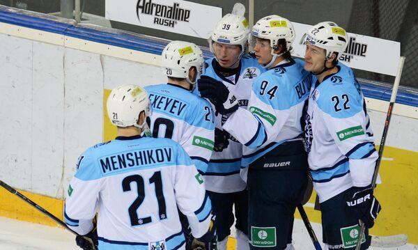 Игроки Сибири радуются забитому голу