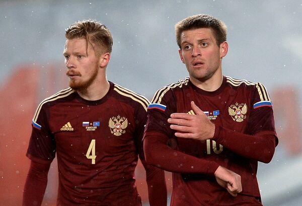 Защитники сборной России Иван Новосельцев (слева) и Руслан Камболов