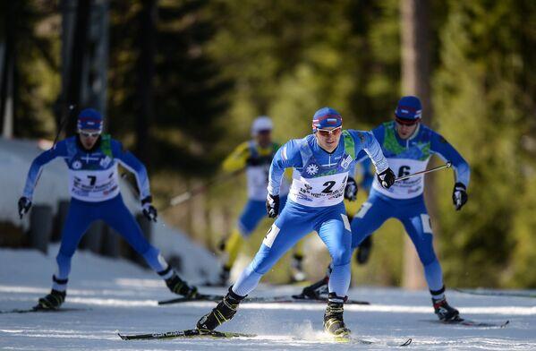 Алексей Грошев (Россия) (в центре) на дистанции финального забега спринта