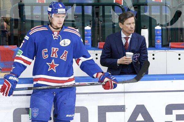 Защитник ХК СКА Роман Рукавишников (слева) и главный тренер СКА Вячеслав Быков
