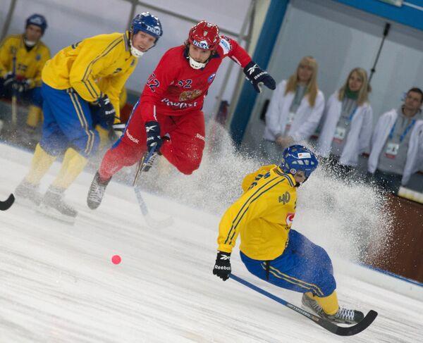 Полузащитник сборной Швеции Даниэль Берлин, защитник сборной России Павел Булатов, нападающий сборной Швеции Адам Гильям (слева направо)
