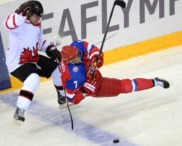 Форвард сборной России Орхан Казимов (справа) и защитник сборной Канады Джонатан Лободжинский