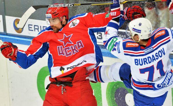 Форвард ЦСКА Евгений Коротков (слева) и нападающий СКА Антон Бурдасов