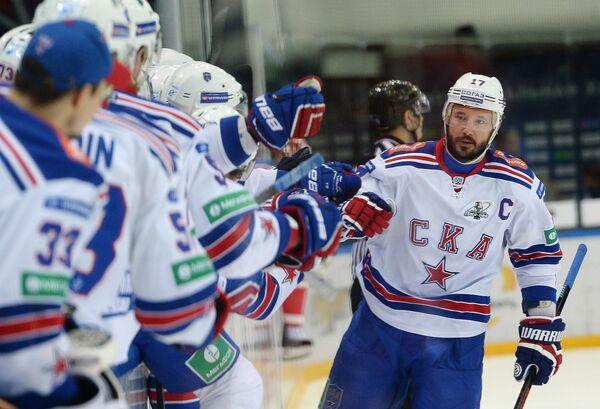 Хоккеисты СКА вместе с Ильей Ковальчуком (крайний справа) радуются заброшенной шайбе