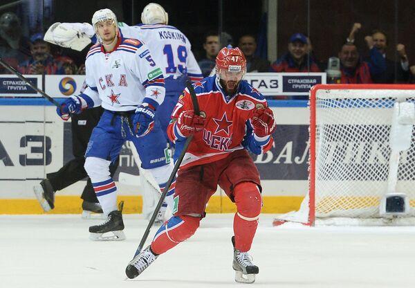 Нападающий ЦСКА Александр Радулов радуется заброшенной шайбе