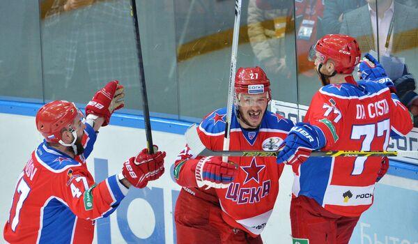 Хоккеисты ЦСКА Александ Радулов, Игорь Григоренко и Стефан Да Коста (слева направо) радуются заброшенной шайбе