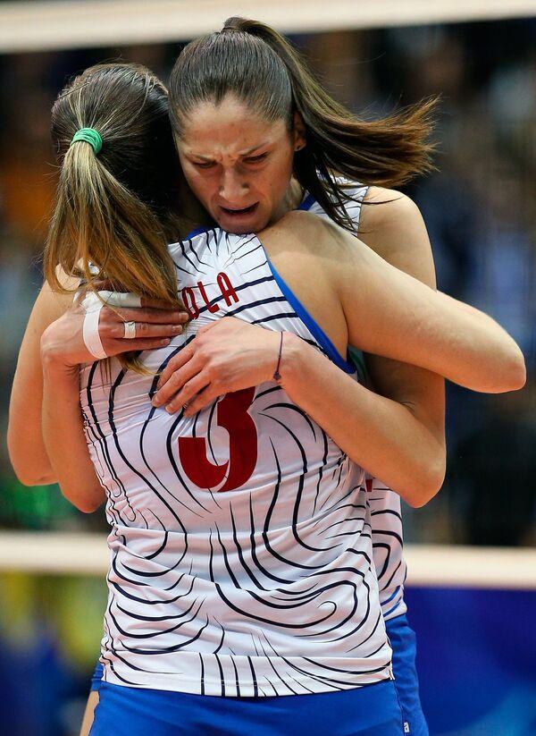 Волейболистки краснодарского Динамо Жозефа Фабиола де Соуза (на первом плане) и Татьяна Кошелева