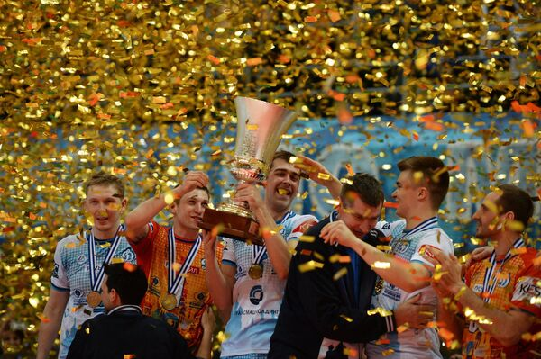 Волейболисты клуба Динамо (Москва) с Кубком Европейской конфедерации волейбола