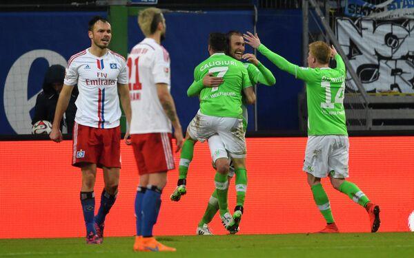 Футболисты Вольфсбурга празднуют гол в ворота Гамбурга