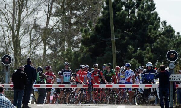 Спортсмены во время велогонки Париж-Рубэ