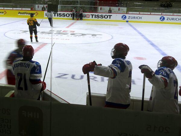 Хоккеисты юниорской сборной России (на первом плане)