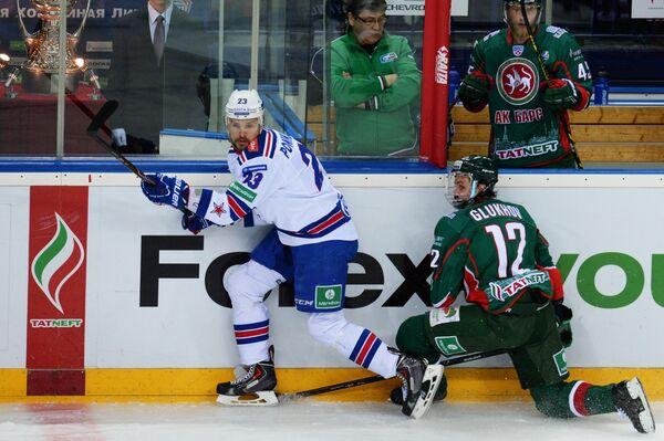 Форвард СКА Алексей Поникаровский (слева) и форвард Ак Барса Михаил Глухов