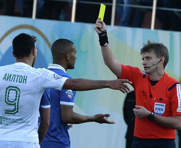 Главный судья Сергей Лапочкин показывает желтую карточку защитнику Динамо Вильяму Ванкёру (справа налево)