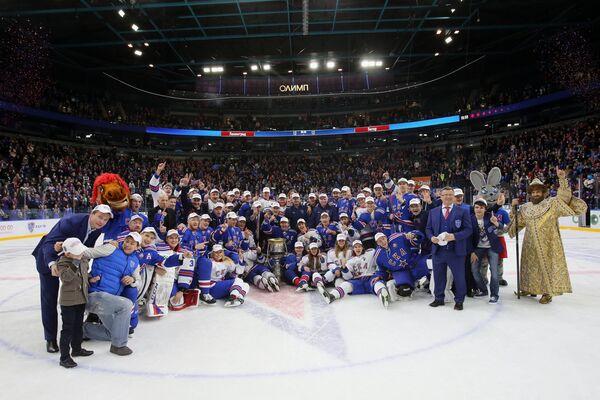 Игроки, тренеры и руководство ХК СКА